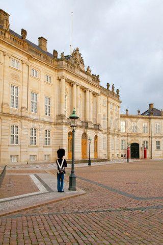 Redaktionel foto af 'Vagter på vagt nær Amalienborg Slot i København , Danmark'