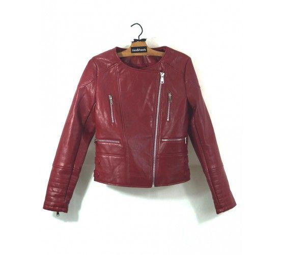 Cazadora biker roja, estilo motero. Cierre lateral, hebillas laterales ajustables. Cremalleras en los puños  Visítanos en: www.ties-heel.com  #tiesheels #shop #shoponline #new #newcollection #nuevo #instamoda #instafashion #instagood #tienda #trendy #moda #soon #jacket #leather #red