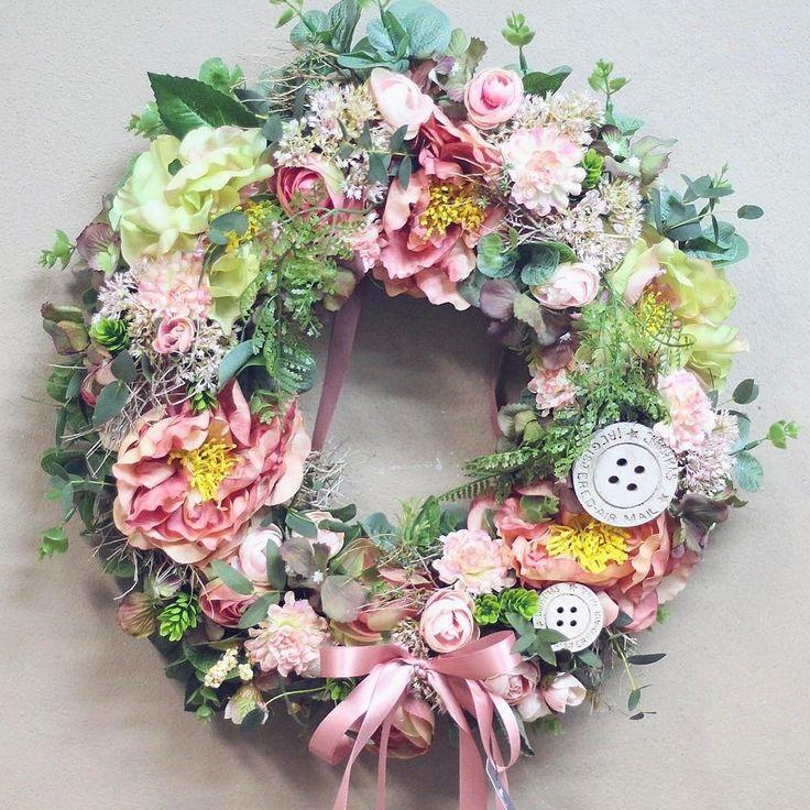 Venček na dvere. Pivonky iskerník eukalyptus krasuľka peristá aj chmel.  #kvetysilvia #kvetinarstvo #kvety #svadba #love #instagood #cute #follow #photooftheday #beautiful #tagsforlikes #happy #like4like #nature #style #nofilter #pretty #flowers #design #awesome #wedding #home #handmade #flower #summer #bride #weddingday #floral #naturelovers #picoftheday
