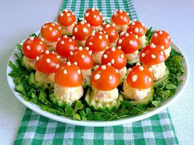 Закуска «Мухоморы» к праздничному столу - Простые рецепты Овкусе.ру ИНГРЕДИЕНТЫ Яйцо отварное - 3 шт, Ветчина - 120 гр, Сыр твердый - 100 гр, Помидоры черри - 15 шт, Огурец длинный - 1 шт, Зелень (укроп, листья салата), Майонез - 1-2 ст.л. ПРИГОТОВЛЕНИЕ Подготовить продукты: натереть отваренные заранее яйца на мелкой терке, порезать ветчину на кубики 0,5 см. и натереть сыр на мелкой терке.