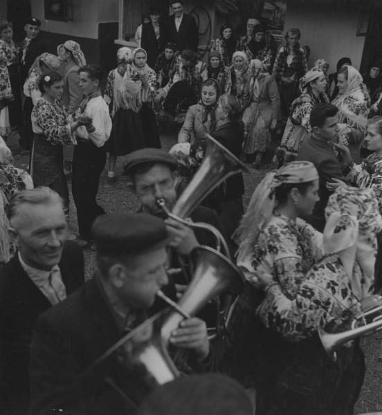 На деревенской вечеринке «веселье», 1950-е 1950-01-01 - 1959-12-31, Украинская ССР. У музыкантов в руках духовой инструмент - эуфониум (баритон).