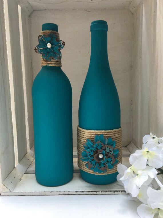 Teal tiza botellas de vino pintadas con flores de hilo y metal