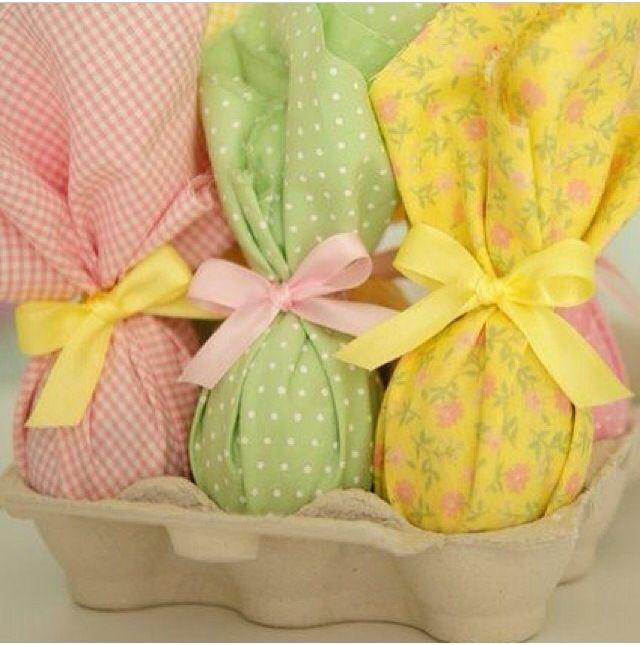 Ovos de páscoa com decoração em tecido.