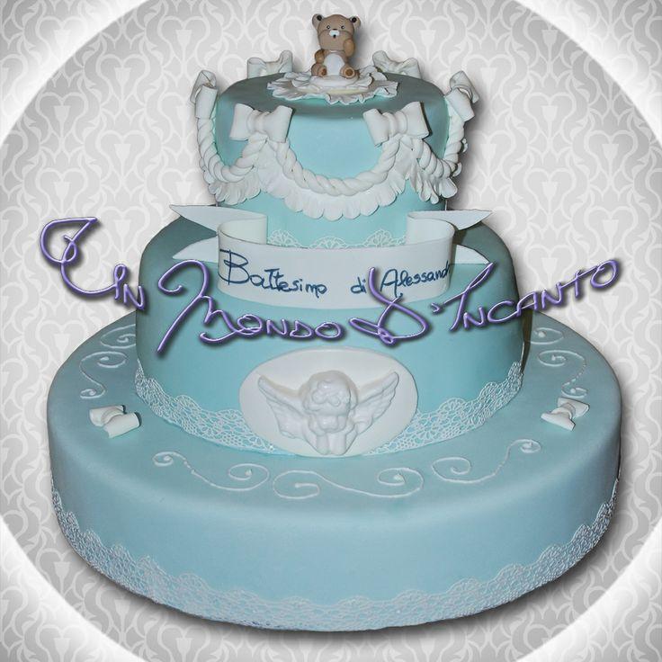 Torta Red Velvet per il Battesimo di Alessandro. Ricoperta con pasta di zucchero, decorata con ghiaccia reale e pasta di zucchero.