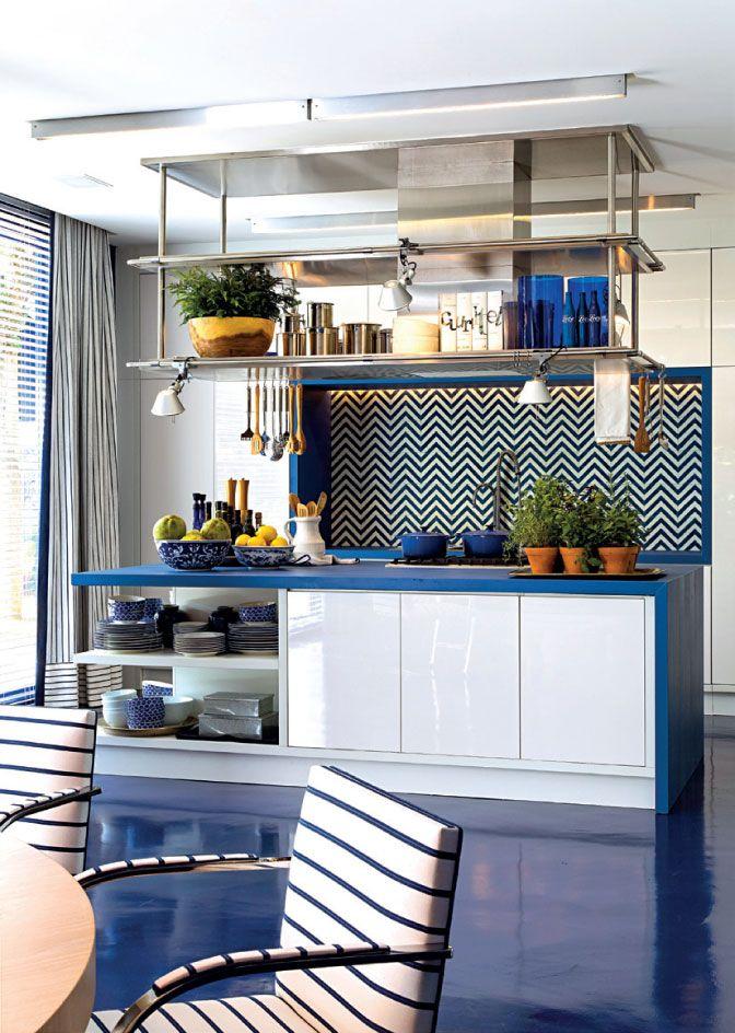 Integrar cozinha e sala de jantar tem suas vantagens, como o fato do anfitrião…