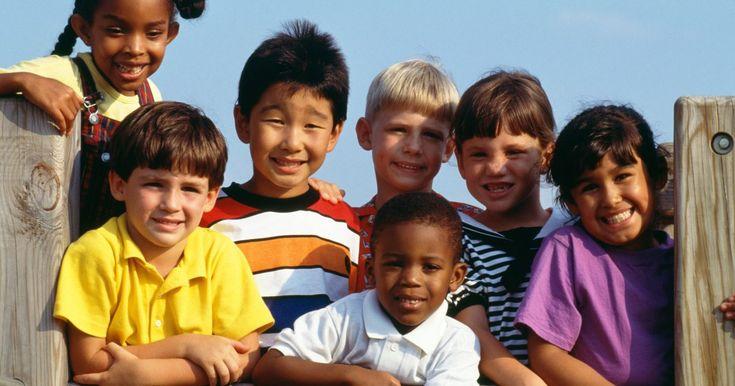 Enseñar a tus hijos acerca de otras culturas de todo el mundo es una parte importante de inculcar el respeto por la diversidad y la tolerancia para las personas que son diferentes a ellos. Si tienes niños en edad preescolar, planea actividades culturales que les presenten cómo viven otros niños de ...