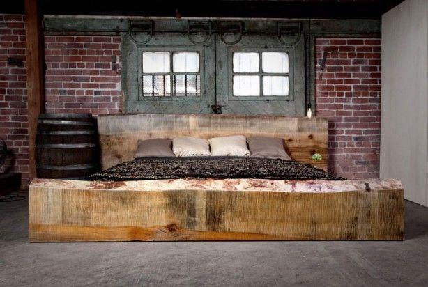 Testata del letto con due grandi tronchi dalbero per unidea fai da