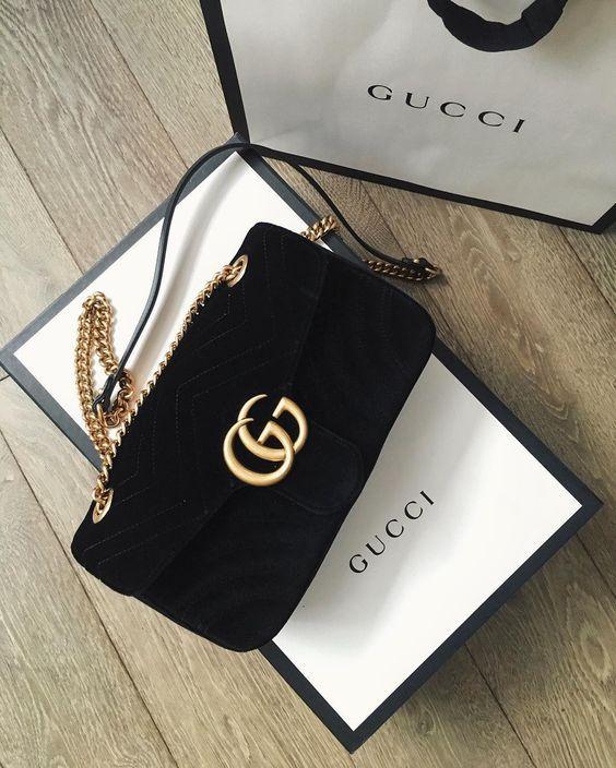 Quem não queria ganhar uma bolsa Gucci? A bolsa 'GG Marmont' pequena possui formato levemente estruturado e fechamento por aba oversized com logo Duplo G.