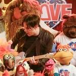"Jack White canta ""You Are the Sunshine of My Life"" com Os Muppets"
