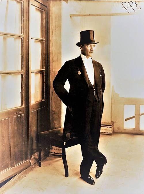 İlk Cumhuriyet bayramımız 29 Ekim 1925'ten bir karede Mustafa Kemal Paşa'mız Çankaya'da. 19 Nisan 1925'te TBMM Genel Kurulu, 29 Ekim'i Cumhuriyet Bayramı olarak kabul etmişti.