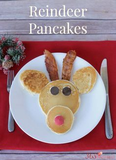 How CUTE are these Reindeer Pancakes?! See 20 more CUTE Christmas food ideas on www.prettymyparty.com.