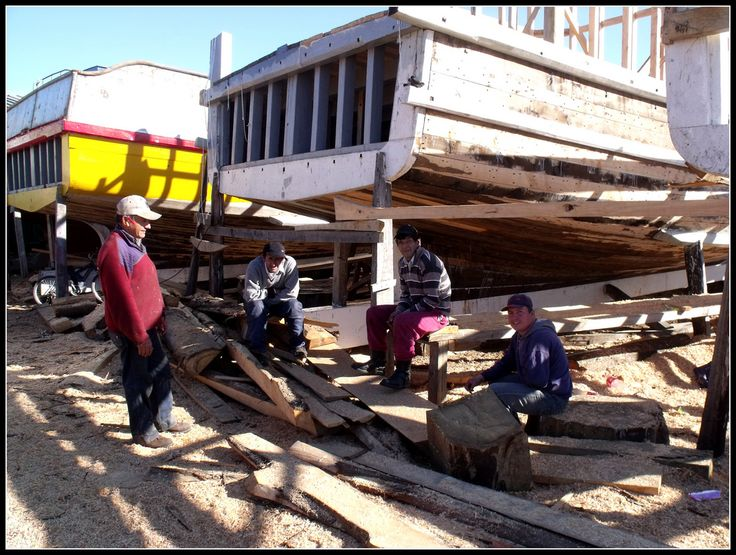 CARPINTEROS DE RIBERA Un alto en el trabajo. Construcciòn de lanchas artesanales en Coronel, Chile.