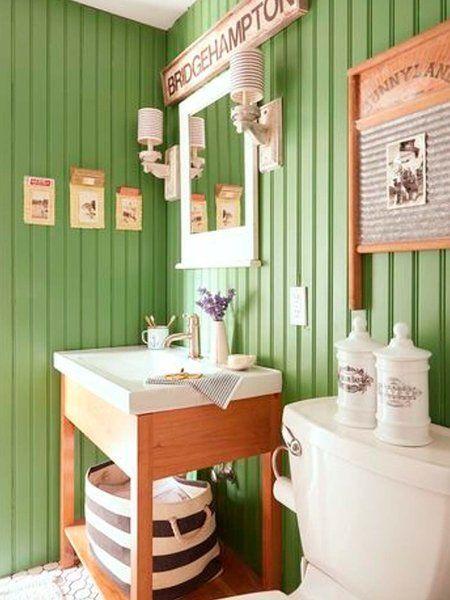 Baño verde: Parredes paneladas
