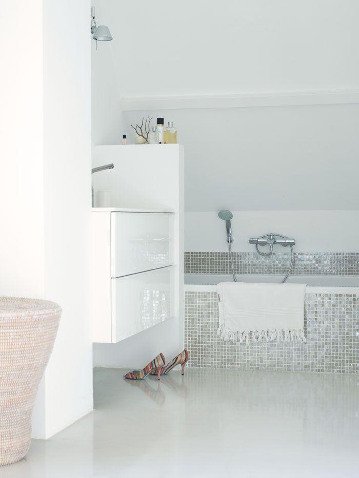 Rustige en lichte badkamer met mozaiektegels van Fired Earth (mat en glanzend door elkaar)