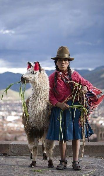 Femme peruvienne avec son lama.                                                                                                                                                                                 Plus