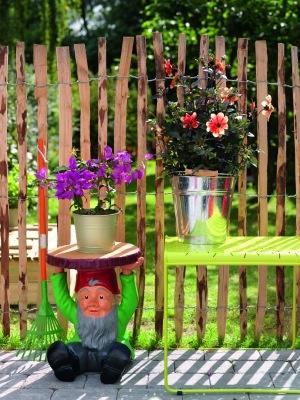 Gnome Attila von Kartell. Mal was ganz anderes von Philippe Starck: kein Barock, keine Innovation, sondern ein sitzender Gartenzwerg als Beistelltisch. Warum Philippe Starck mal etwas ganz Gewöhnliches für Kartell geschaffen hat, bleibt uns ungewiss. Aber den Gartenzwerg finden wir als kleinen Gartentisch auf der Terrasse toll: http://www.ikarus.de/gnomes-attila-tischchen.html