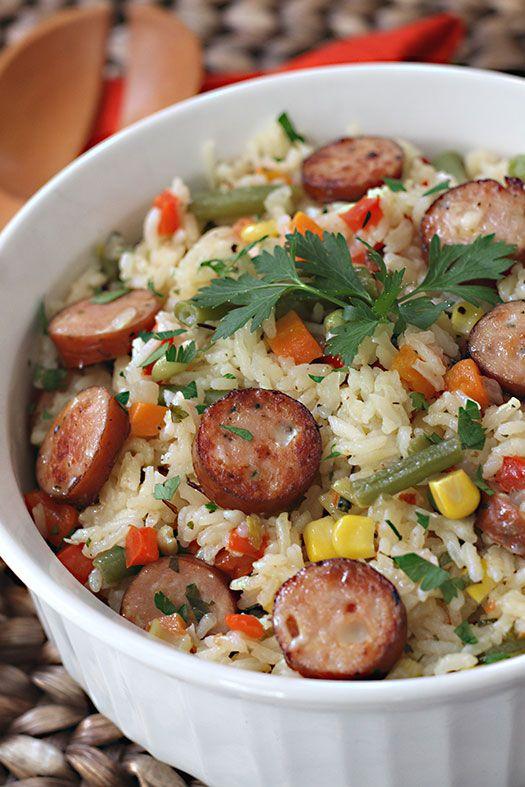 Este arroz lo hago mucho en casa para el almuerzo o la cena. A mi esposo y los chicos les encanta, es muy completo y además queda delicioso! Casi siempre lo comemos como plato principal pues es muy completo! Lleva arroz, vegetales, salchicha, especias, hierbas y algunos condimentos.