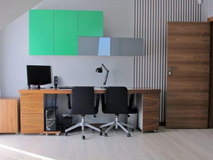 Domowe biuro dla dwóch osób. Zobacz więcej na: https://www.homify.pl/katalogi-inspiracji/29034/jak-urzadzic-biuro-do-pracy-zdalnej-5-przykladow