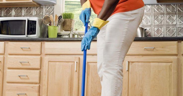 Lista de artículos para procedimientos de limpieza de la cocina. Desde lavar los platos a mantener limpias las encimeras y trapear los pisos, mantener la cocina limpia puede parecer abrumador. Sin embargo, crear una rutina de limpieza diaria y mantenimiento de artículos de limpieza necesarios, como las esponjas, trapos de cocina, limpiador y una escoba en la mano, va a hacer la limpieza de tu cocina una tarea ...