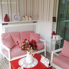 Aygün hanımın kırmızı-beyaz vurgulu kış bahçesinde yeni yıl dekoru..
