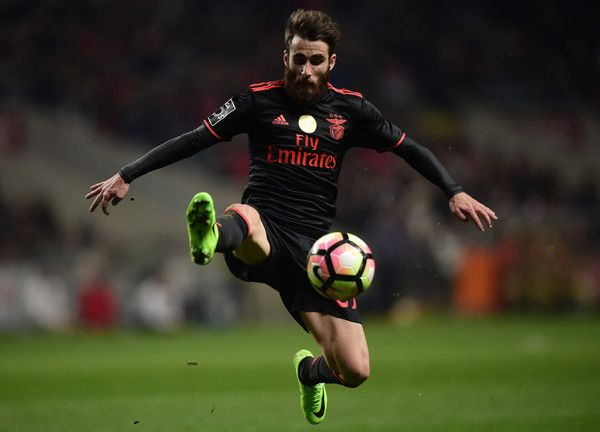 Benfica's forward Rafa Silva controls the ball during the Portuguese league football match SC Braga vs SL Benfica at the Municipal stadium of Braga on February 19, 2017. / AFP / MIGUEL RIOPA