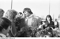 Bundesarchiv Bild 183-T1119-005, Berlin-Schönefeld, Empfang von Dean Reed.jpg