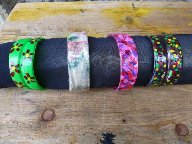 Bracciali con bottiglie di plastica decorati con stoffe e smalti per unghie. sandRArte - a noi piace riciclare