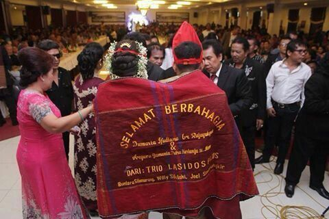 Wedding gift from Trio Lasados the legend of bataknese singer