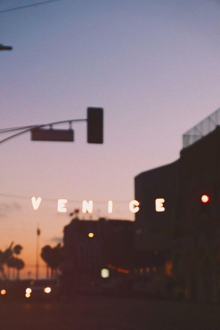 Venice Beach / Reisefotografie / Sonnenuntergang / Leuchtreklame / Kelly Fiance …   – Background