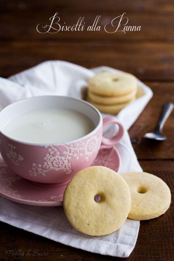 Una delicata e friabile frolla per questi deliziosi biscotti alla panna che allieteranno le vostre colazioni, merende e spuntini. Insomma, son buoni sempre!