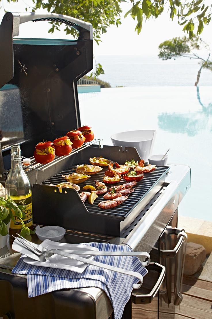 Středozemní grilování zblízka a spousta salátů, na které potřebujete správné mísy, ze kterých nebude salát při míchání padat ven - mísa Newwave na www.luxurytable.cz