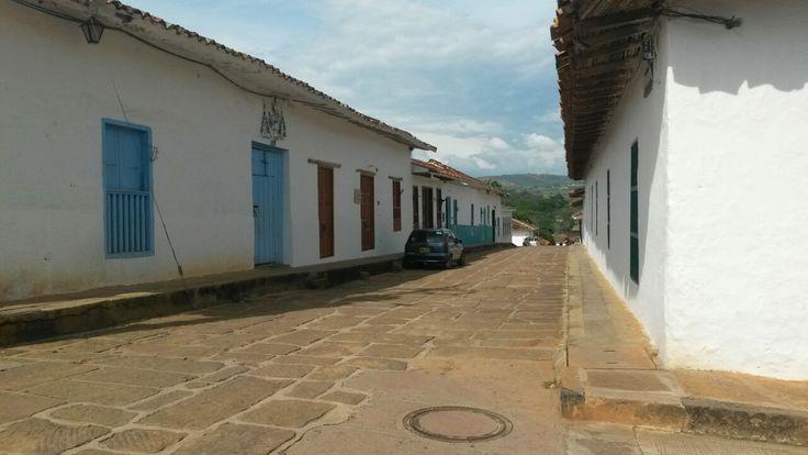 Es una calle empedrada donde en la esquina de la derecha se encuentra la sede 2 del colegio Instituto Técnico Aquileo Parra, sus casas son de tapia pisada colores blancos, verdes y azules que destacan a Barichara