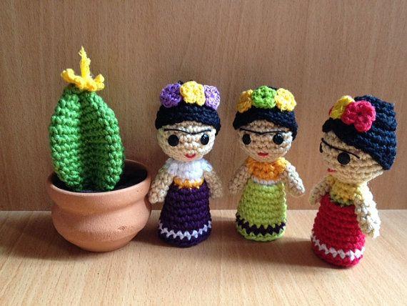 Mini Frida Kahlo  Estas mini muñecas son de ganchillo con cuidado y amor en un humo del libre y pleno de medio ambiente de buen rollo. Son 100% algodón y relleno de fibras sintéticas.  Medidas aproximadas son: 4 pulgadas (H) x 1,2 pulgadas (anchura)  También está incluyendo un bucle por lo que se puede colgar.  También puede ser personalizado con cualquier color que usted elija! Solo tienes que enviarme un mensaje :)  * Tenga en cuenta que esperar a veces antes de ordenar. Si hay cualquier…