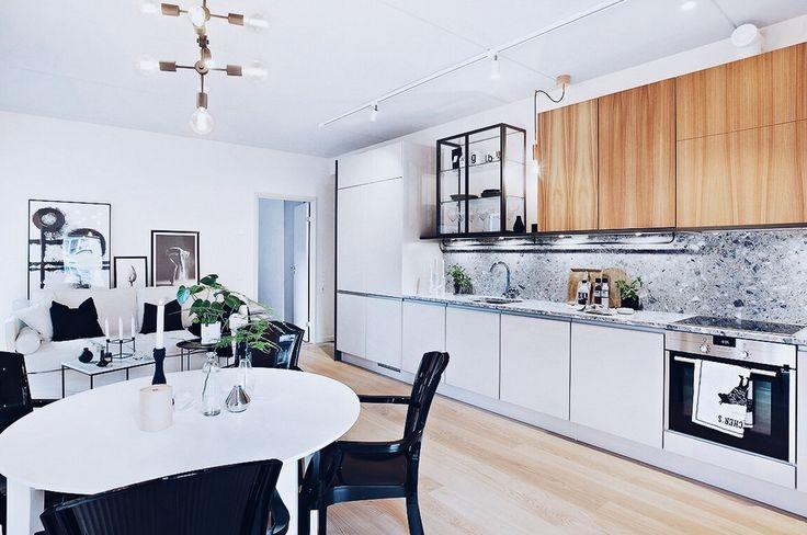 Vitt Svalan matbord. Svarta Schnauzern polykarbonatstol. Svart, vit, bord, kök, stol, plast, möbler, inredning, matsal, runt, oval, ovalt, iläggsskiva, iläggsskivor, utdragbart, rebfre, rebecca fredriksson. http://sweef.se/