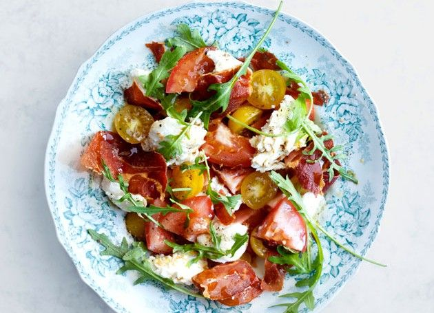 salat med mozzarella, tomat, ruccola og spekeskinke i skål