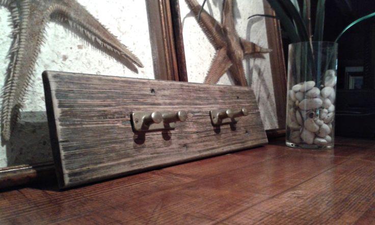 Appendiabiti in legno di recupero con bitte in ottone vintage, stile nautico, casa vacanze, arredo eco sostenibile, recupero oggetti da vela di Engardina su Etsy