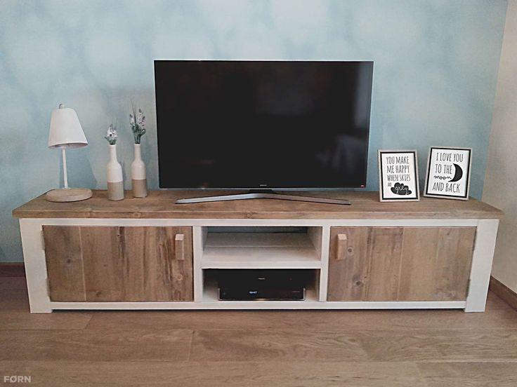 Een landelijk TV-meubel met een strak uiterlijk. De deurtjes zijn voorzien van mooie houten handgrepen en de achterkant is open zodat je kabels alle ruimte hebben.