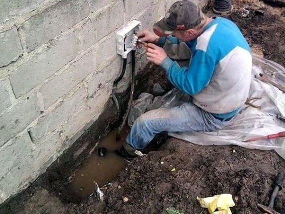 #電気工事 (Via: 男の人が女の人より平均寿命が短い理由が顕著に現れてる17個の物的証拠  ) こわぁ...おっちゃん、足に水たまりが!!! 電線などの埋設物を掘り起こすには、エアースコップ!