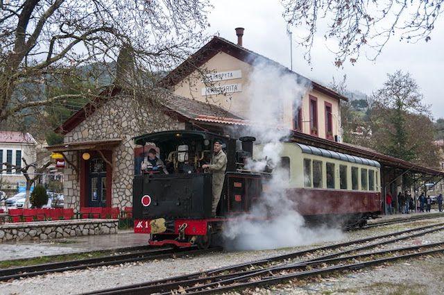 """Με τη φιλοξενία 50 δημοσιογράφων από όλη τη χώρα και με την πραγματοποίηση εκδήλωσης για την παράλληλη ιστορία του Οδοντωτού Σιδηροδρόμου και των Καλαβρύτων από το 1896 έως σήμερα με ειδική αναφορά στο Καλαβρυτινό Ολοκαύτωμα, συνεχίζεται την Τετάρτη 18 Μαΐου η σειρά εκδηλώσεων """"Εν Συρμώ – Γιορτές Οδοντωτού"""" που διοργανώνονται με αφορμή τη συμπλήρωση 120 …"""
