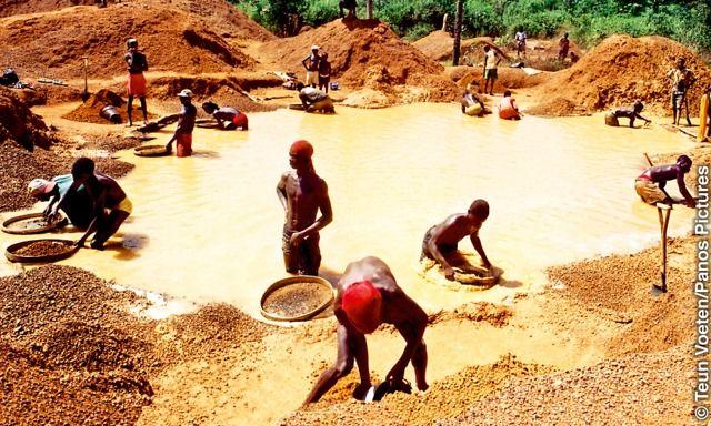 """""""Diamantes de guerra"""" DURANTE os 11 anos de guerra civil, várias facções militares exploraram as ricas minas de diamantes de Serra Leoa para financiar suas atividades. Isso foi constatado pela Comissão da Verdade e Reconciliação de Serra Leoa. Os """"diamantes de guerra"""" eram contrabandeados para outros países e vendidos para negociantes que não se importavam com a origem das pedras. Isso infelizmente só prolongou a guerra."""