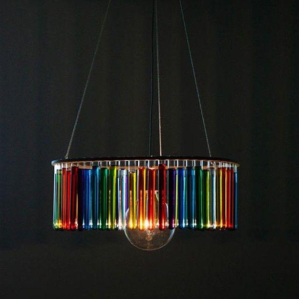 Ο Pani Jurek, Γάλλος σχεδιαστής, εμπνεύστηκε αυτό τον πολυέλαιο από τους δοκιμαστικούς σωλήνες που χρησιμοποιούσε η Marie Curie. Τους τοποθετεί λουλούδια, νερό, ή απλά τα αφήνει άδεια. Αυτό το αντικείμενο είναι πολύ εύθραυστο και ασυνήθιστο. Ένα ανοιξιάτικο σχέδιο που μπορείτε φτιάξετε και μόνοι σας #kypriotis #kipriotis #plakakia #anakainisi #athens #ellada #greece #hellas #banio #dapedo