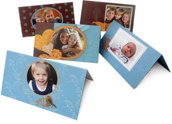 Personliga placeringskort med bilder på t.ex. de inbjudna gästerna är ett klassiskt tillskott till bjudningen. Placeringskort tryckta på halvmatt papper av hög kvalité kan beställas online från smartphoto.