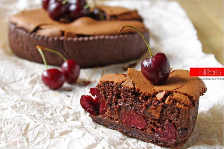 La torta di ciliegie e cioccolato fondente è una irresistibile golosità, che nasce da un intreccio di sapori e consistenze davvero irrinunciabile!