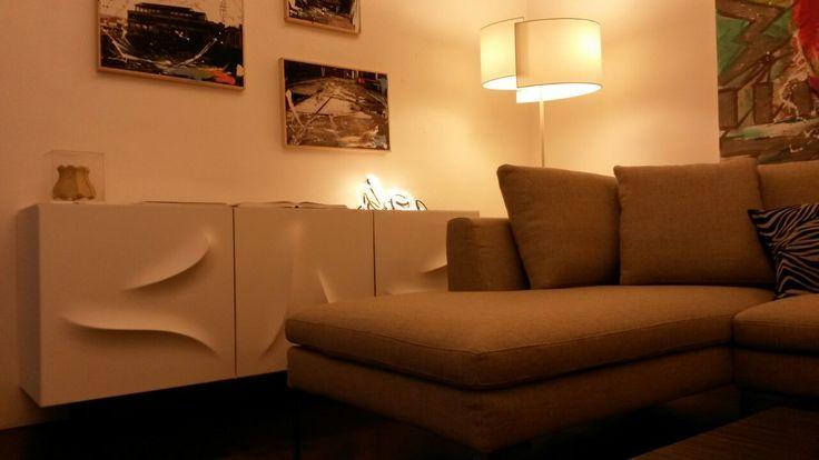 Divano #Parisfal #Foxitalia Tavolino #Otto #Gervasoni Credenza #Riflesso #MinottiItalia Lampada #Join #Pallucco Lampada #Teca #Flos Lampade #Neonfont #Seletti