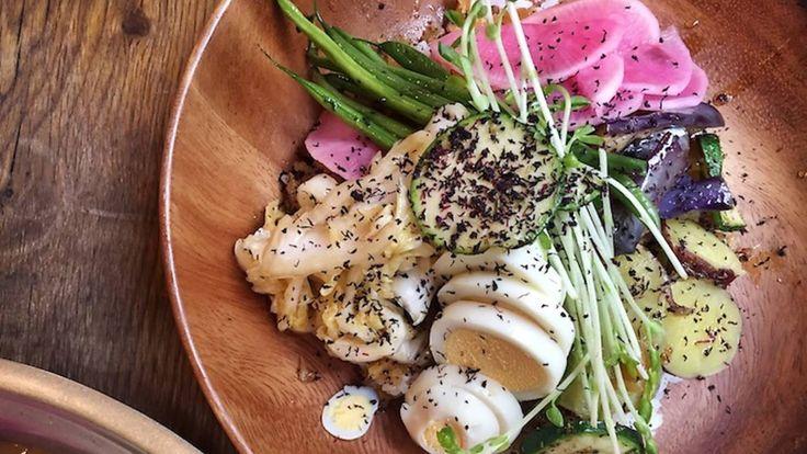 Pour qui ? Tout le monde ! Parce qu'il n'y a pas que des sushis au Japon.Le plat culte ? Le curry japonais au poulet frit, supplément tamago.