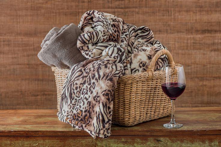 Frio, queijos, vinhos... e uma manta bem quentinha pra se enrolar! #manta #edredom #cama #frio #outono #inverno #estampa #onca #quentinho #decoração