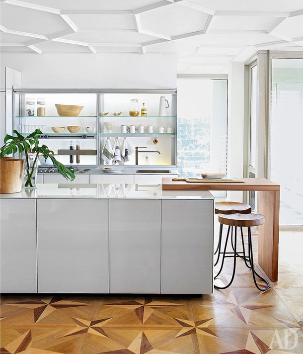 Дизайнер Мишель Тросселл  Наборный паркет и сложный лепной декор на потолоке. Если вы хотите, чтобы интерьер с такими параметрами выглядел современно, то мебель в нем должна быть максимально простой. Как эта минималистская кухня.
