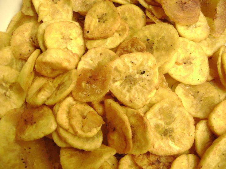 Chifle - Em bom português, a gente poderia chamar esse prato de chips de banana da terra. E é bem isso mesmo: depois de picada em tiras ou rodelas, a fruta é frita e servida com sal e outros temperos, como acompanhamento de pratos ou lanchinhos no meio do dia. É comum em diversos países da região, como Colômbia, Panamá, México, República Dominicana, Cuba e Guatemala. Contudo, a forma de preparação pode variar um pouco de país para país.