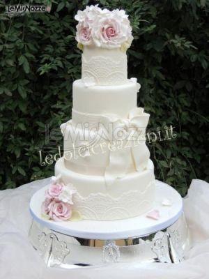 http://www.lemienozze.it/gallerie/torte-nuziali-foto/img33690.html Torta nuziale con rose e fiocchi dai colori tenui