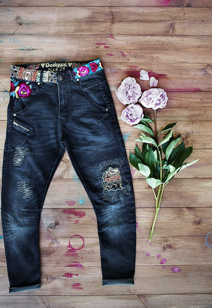 Golden touches, embellished details, ripped areas mixed with patchwork… These jeans have everything! Their baggy silhouette will surprise you with the skinny fit around the ankle.